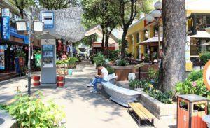 ホーチミンの観光スポット|ブックストリートで休憩する男性