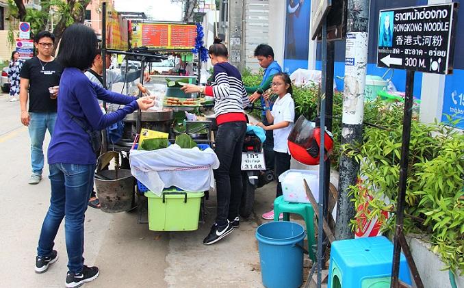 チェンマイ大学近くで家族で屋台の串焼きを売る一家の写真 タイ旅行