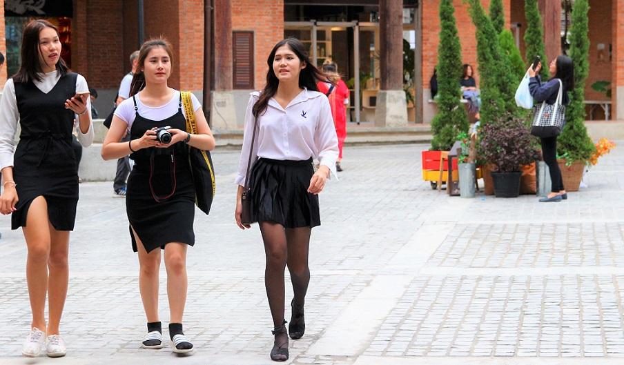 タイのチェンマイ大学近くで休日を楽しむ女学生たちの写真 タイ旅行