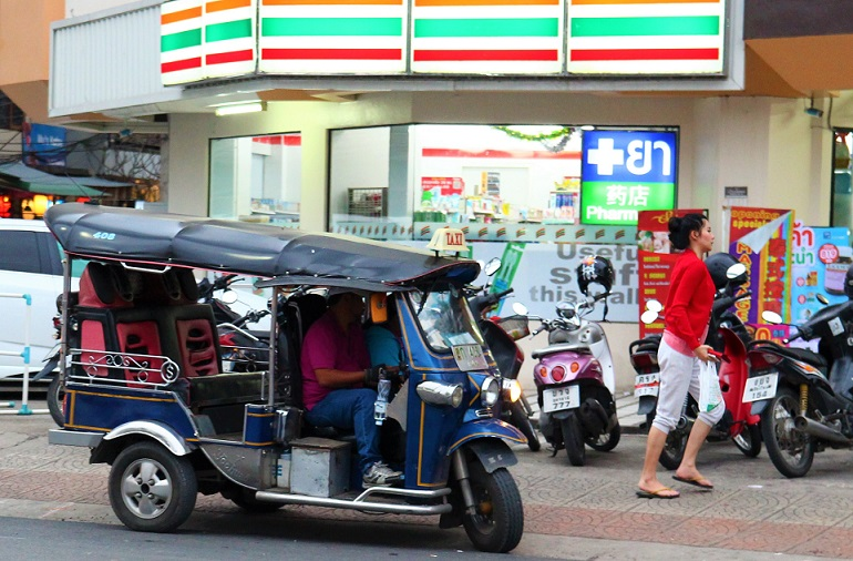 チェンマイ大学近くのコンビニで客を待つソンテウの写真