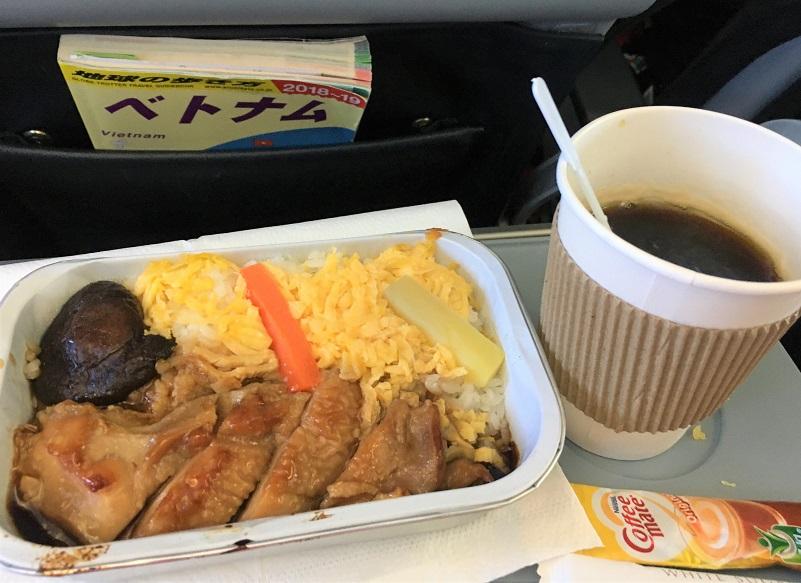 ベトナム旅行に行こう!まずは機内食を食べる