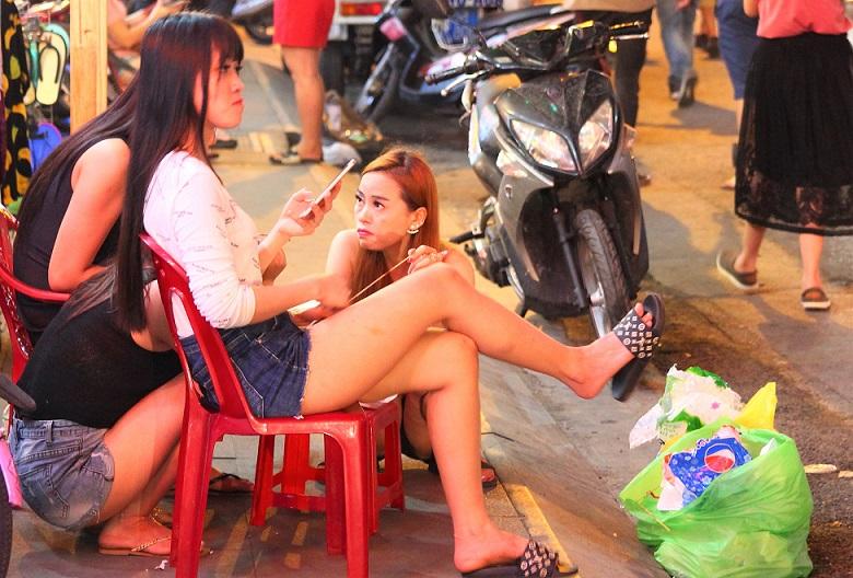 ベトナムのホーチミンのデタム通りで働く女性たちの写真