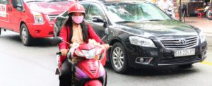 ベトナム旅行 ホーチミンを走るバイクの女性