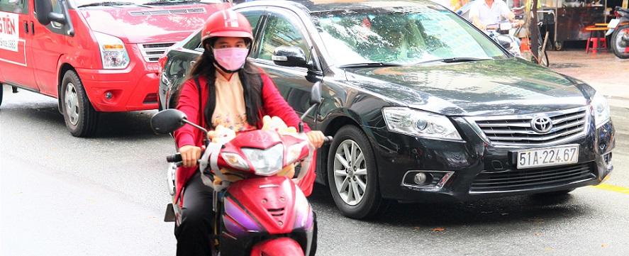 ベトナム旅行|ホーチミンを走るバイクの女性
