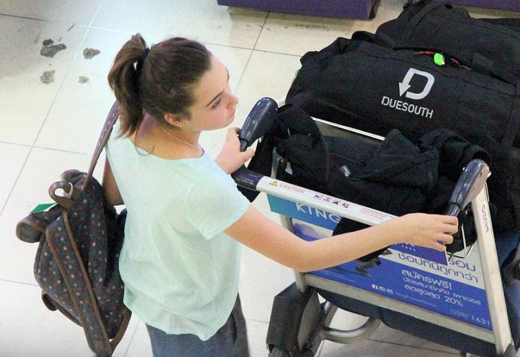 スワンナプーム空港で両替待ちの女性|タイ旅行
