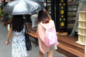 ホーチミンブックストリートを歩く女性|ベトナム旅行