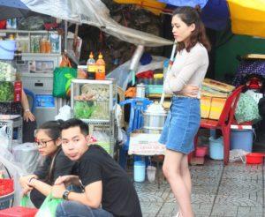 ベトナムでは若者でも路上の屋台で仲間と飲食する姿は変わらない