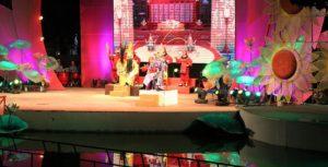 ホーチミンのセンホン屋外劇場は、池の前に舞台が置かれていて水上劇のようだ。