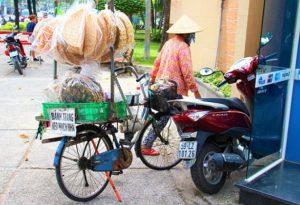 自転車で行商をしているベトナム人の男性