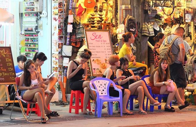 ベトナムのホーチミン最大の夜遊びスポット、ブイヴィエン通りのマッサージ店で客待ちをする女性たちの写真