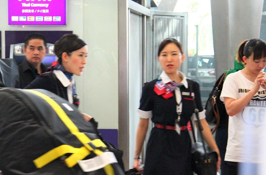 スワンナプーム空港の日本航空のキャビンアテンダント|タイ旅行
