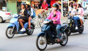 バイクで通勤通学するベトナムの女性たち