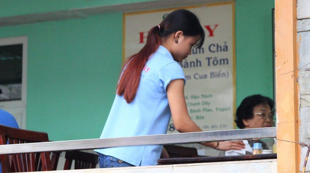 ハノイ名物のブンチャー店で働く少女|ベトナム旅行