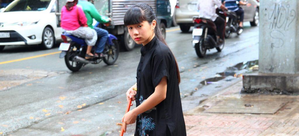 ベトナム旅行|黒いアオザイを着た、ホーチミンで働く美少女
