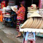 海外旅行で必須の帽子は、お土産屋さんで買える。メンズレディースも種類も豊富に陳列している帽子店|ベトナム