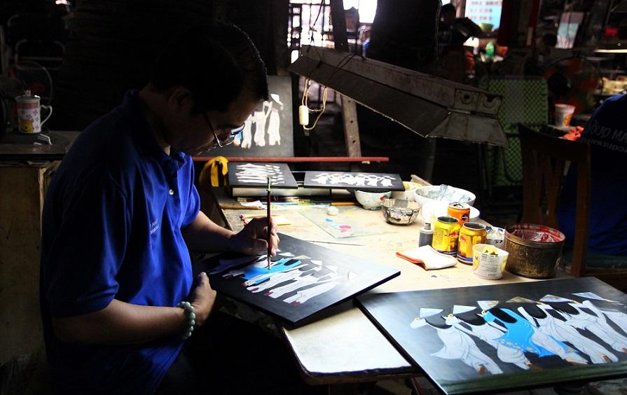 ホーチミンの螺鈿細工の工場で色を塗る職人の写真|作り方の体験もできる|ベトナム旅行