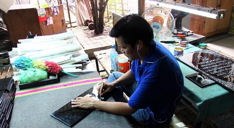 螺鈿細工の工場での仕上げ作業の写真|ベトナム旅行