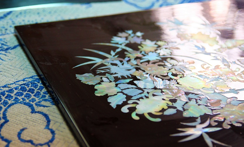 ホーチミンの螺鈿細工の工場で完成した民族工芸品の写真|美しい花がデザインされていて、お土産にも最適|ベトナム旅行