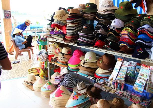 海外で帽子は、お土産屋さんに売ってます。メンズもレディースも子供用の帽子も豊富にあるし、サイズも豊富です|ベトナム