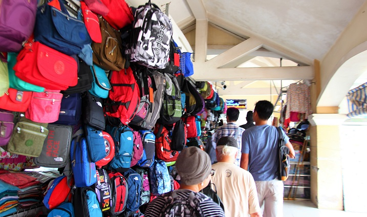 海外旅行中の鞄探しは、お土産屋さんで買える。メンズもレディースも子供用も豊富に陳列している鞄店|ベトナムのホーチミン