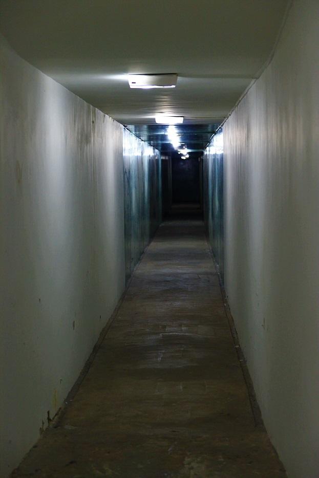 爆撃にも耐えられる作りの地下廊下