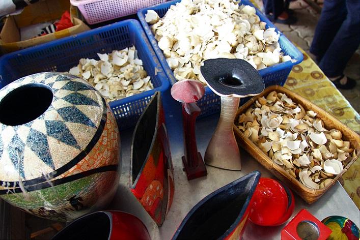 ホーチミンの螺鈿細工の工場で使われている材料の写真|ベトナム旅行