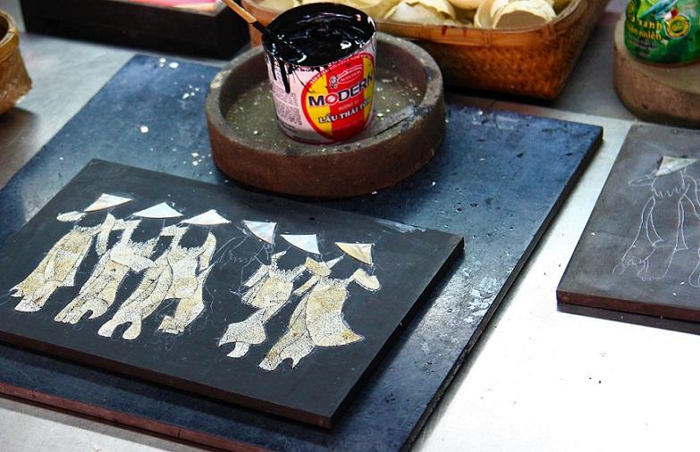 ホーチミン螺鈿細工の工場での漆塗りの工程の写真|ベトナム旅行