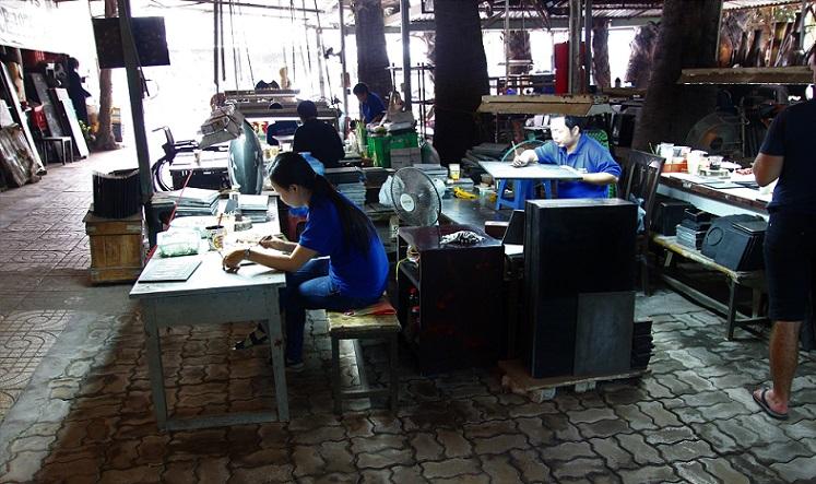 螺鈿細工の工房で働くクラフトマンたちの写真|ベトナム旅行