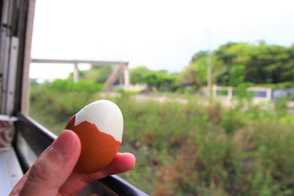 水から簡単に作ったダイエット用のゆで卵と旅をする|海外鉄道の旅をタイ国鉄で楽しむ|車窓を見ながらタンパク質も摂れる!