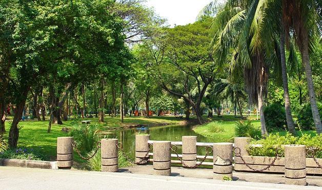 バンコクのお勧めスポット、ルンピ二ー公園の中をゆっくりと流れる川の写真|夜は蚊が出るので虫よけ対策を【タイ旅行】