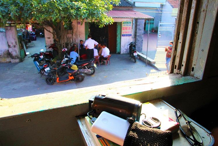 情緒あふれる列車でベトナム統一鉄道の旅をする|ディーゼル列車のハノイ行きの車両の車窓から街の景色を見る【ベトナム旅行】