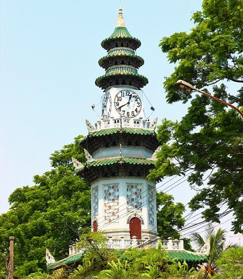 バンコクのお勧めスポット、ルンピ二ー公園のシンボルの時計台の写真【タイ旅行】