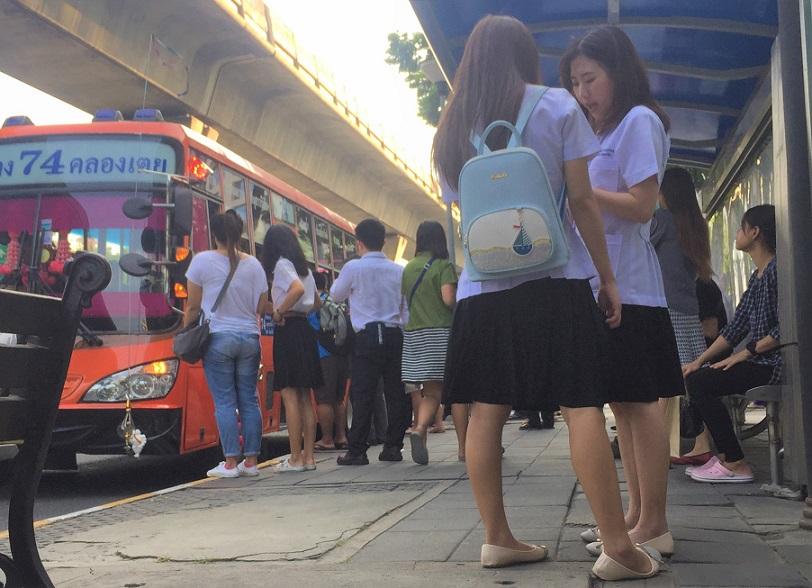 バンコクのお勧めスポット、ルンピ二ー公園の向かいには赤十字病院や医大、看護学校があるので医者やナースの卵たちをよく見かける【タイ旅行】