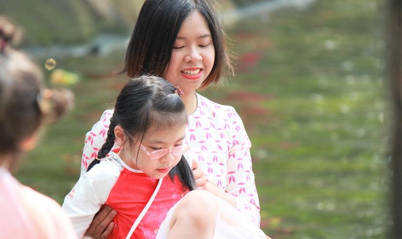 ハノイのホアンキエム湖で遊ぶ女の子と母親【ベトナム旅行】