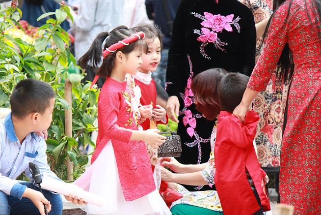 ハノイのホアンキエム湖で遊ぶ民族衣装を着た女の子たち【ベトナム旅行】