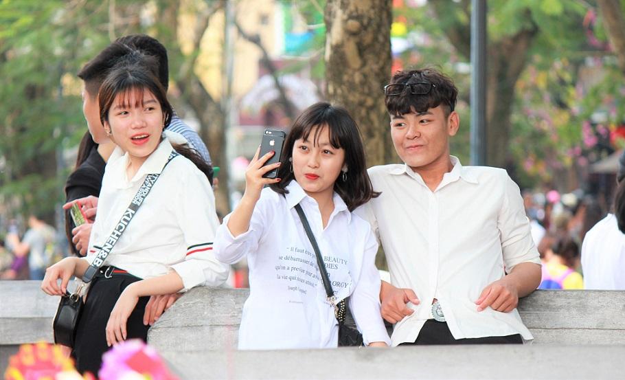 ハノイのホアンキエム湖でデートをするベトナム人カップル【ベトナム旅行】