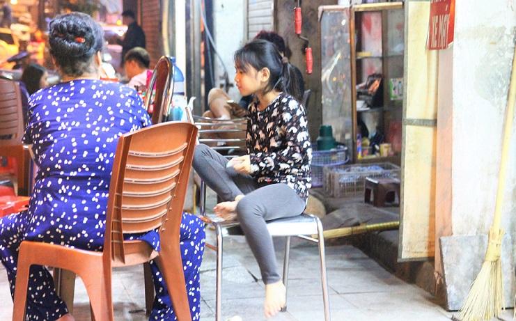 ハノイのお勧めグルメのフォーのお店の女の子|格安で美味しいベトナム料理があちこちで食べられる【ベトナム旅行】