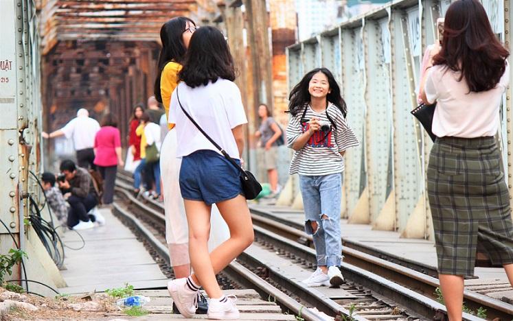ハノイのお勧めスポット、ロンビエン橋で記念撮影をする若い女性たち【ベトナム旅行】