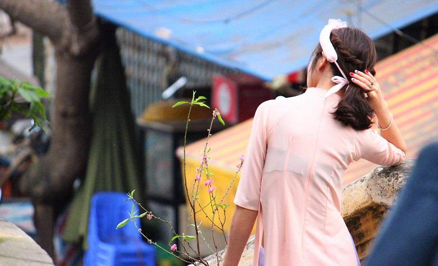 ハノイのお勧めスポット、ロンビエン橋で記念撮影をする花嫁衣装を着たベトナム人女性【ベトナム旅行】