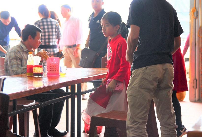 ハノイのお勧めグルメのフォー店に来た民族衣装を着た女の子|【ベトナム旅行】