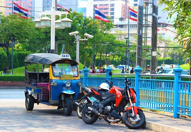 バンコクの癒しスポット、ルンピ二ー公園の前に停まるトゥクトゥク【タイ旅行】
