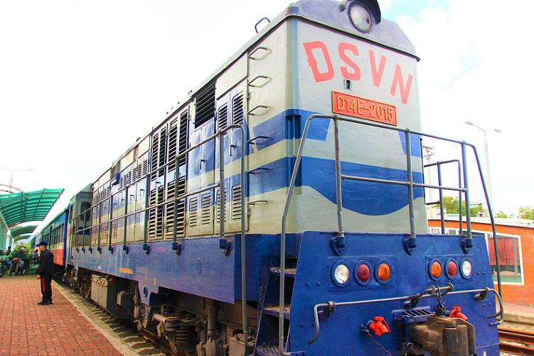 情緒あふれる列車でベトナム統一鉄道の旅|ディーゼル列車のハノイ行きの車両【ベトナム旅行】