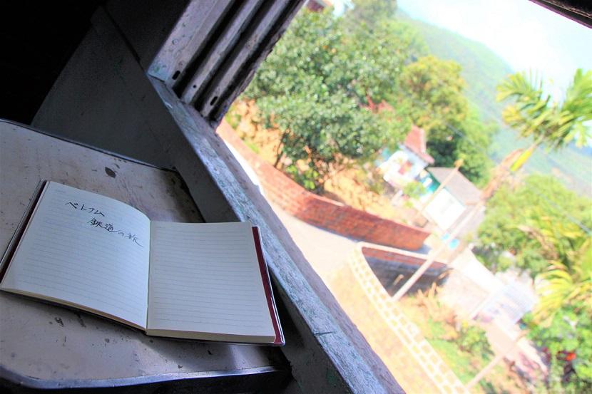 列車でベトナム統一鉄道の旅をする|ディーゼル列車のハノイ行きの車両の車窓からベトナムの景色を見る【ベトナム旅行】