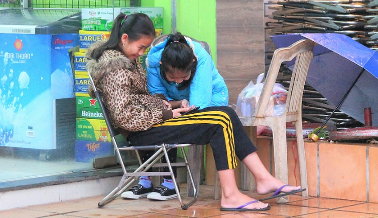 世界遺産フエで店番をして働いている、スマホに夢中の女子中学生たち【ベトナム旅行】