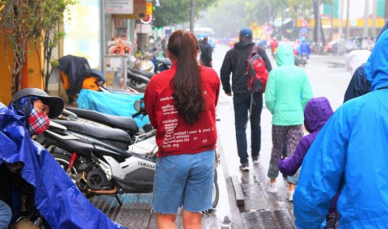 世界遺産の街、フエのレロイ通りにある師範大学の前を歩く女性