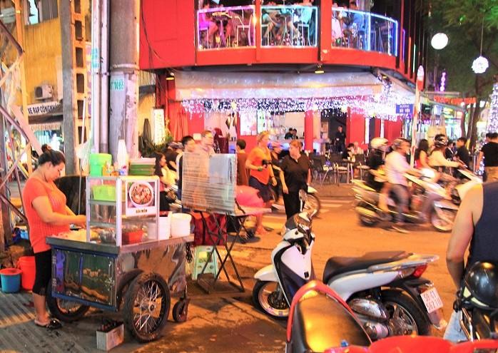 ベトナムの日本人向けド定番夜遊びスポットが集中するホーチミンのブイヴィエン通りの写真