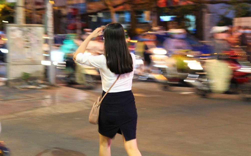 ベトナムの日本人向け定番夜遊びスポットが集中するホーチミンを歩く若い女性OLの写真