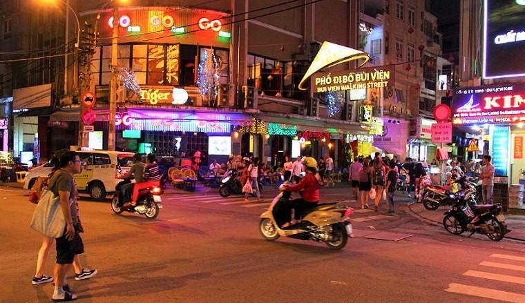 日本人向け定番夜遊びスポットが集中するベトナムのホーチミンのブイヴィエン通りの女性の写真