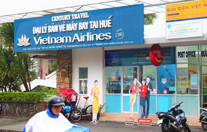 フエのフーン川横の郵便局とベトナム航空の代理店の写真