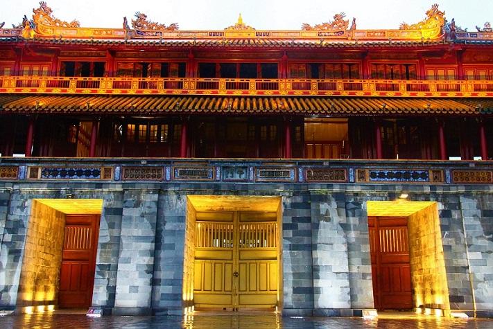 荘厳なフエの王宮の正門、ベトナム世界遺産お勧めの旅